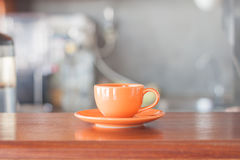 Mini-oange Kaffeetasse in der Kaffeestube Stockbilder