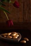 Mini oeufs de chocolat, enveloppés dans la feuille d'or Image libre de droits
