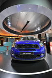 Mini Paceman blu su esposizione nel guardolo di BMW Immagine Stock