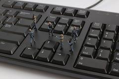 mini pacnięcie drużyna chroni laptop od wirusów Obrazy Stock