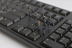 mini pacnięcie drużyna chroni laptop od wirusów Zdjęcie Royalty Free