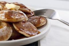 Mini pancake e sciroppo dolci fotografia stock