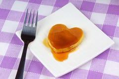 Mini pancake heart-shaped con sciroppo Fotografia Stock Libera da Diritti