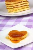 Mini pancake heart-shaped con sciroppo Immagine Stock Libera da Diritti