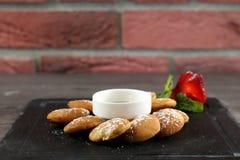 Mini Pancakes tjänade som med sirap arkivfoto