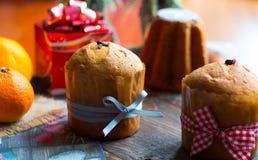 Mini panettone e pandoro, com frutos e decoração do Natal Imagem de Stock