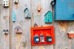 Mini parede de madeira colorida da decoração das casas na vila da cultura de Gamcheon em Busan, Coreia imagem de stock