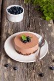 Mini-pastel de queso y galletas y arándanos del chocolate Imagenes de archivo