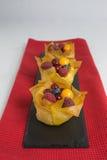 Mini pasteles de queso con los pasteles del filo Imagen de archivo