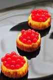 Mini pasteles de queso de la pasa roja imagenes de archivo