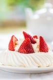Mini Pavlova Meringue Cake med nya jordgubbar Arkivfoton