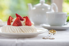 Mini Pavlova Meringue Cake med nya jordgubbar Arkivbild