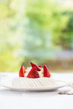 Mini Pavlova Meringue Cake med nya jordgubbar Royaltyfri Foto