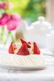Mini Pavlova Meringue Cake med nya jordgubbar Royaltyfria Bilder