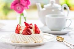 Mini Pavlova Meringue Cake med nya jordgubbar Royaltyfri Bild