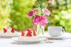 Mini Pavlova Meringue Cake med nya jordgubbar Royaltyfria Foton