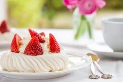 Mini Pavlova Meringue Cake med nya jordgubbar Arkivbilder