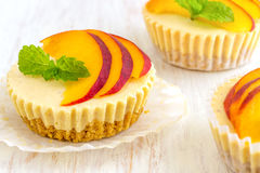 Mini Peach Cheesecake imagens de stock royalty free