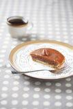 Mini Pecan Pie met Karamelbovenste laagje op een plaat met een kop van koffie Royalty-vrije Stock Foto