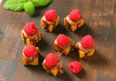 Mini- pepparkakafyrkanter med smältt choklad Arkivfoton