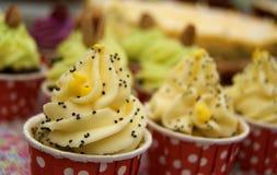 Mini petits gâteaux avec de la crème de yelow Image libre de droits