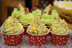 Mini petits gâteaux avec de la crème de yelow Photographie stock libre de droits