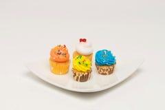 Mini petits gâteaux avec des saveurs assorties photographie stock