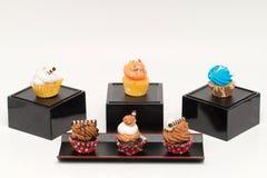Mini petits gâteaux avec des saveurs assorties photo stock
