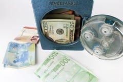 Mini pieniądze bank, skrytka z pieniądze pojedynczy białe tło obraz stock