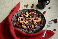 Mini Pies Tartas de la fruta con las bayas frescas dulces foto de archivo libre de regalías
