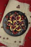 Mini Pies Tartas de la fruta con las bayas frescas dulces fotos de archivo
