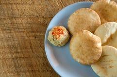 Mini Pita Bread sabroso con humus en la madera rústica Imagen de archivo