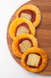 Mini pizza alinhada em uma placa de madeira da cozinha Foto de Stock