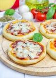 Mini pizza avec le salami, le lard, les champignons et le fromage images stock