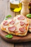 Mini pizza cocida de los salchichones hechos en casa en forma de corazón fotos de archivo libres de regalías