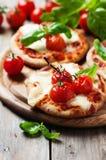 Mini pizza com mussarela e tomate Imagens de Stock