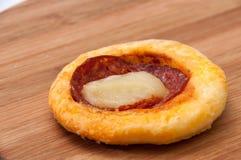 Mini pizza com salsicha em uma placa de madeira Fotos de Stock Royalty Free
