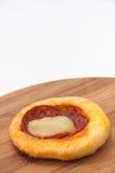 Mini pizza com salsicha em uma placa de madeira Foto de Stock Royalty Free