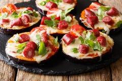 Mini pizza de las berenjenas con la mozzarella, tomates, salchichas imagen de archivo libre de regalías