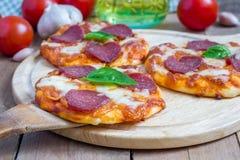 Mini pizza de pepperoni caseiro Imagens de Stock Royalty Free