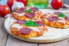 Mini pizza de pepperoni caseiro Fotos de Stock Royalty Free