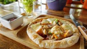 mini pizza de plat en bois photographie stock