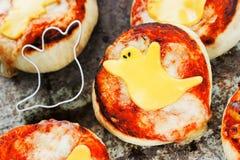 Mini pizza dekorujący serowy duch dla Halloween przyjęcia Obraz Royalty Free