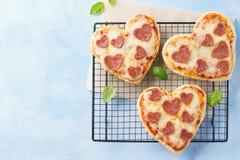 Mini pizza en forma de corazón Valentine& x27; menú romántico del día de s fotos de archivo libres de regalías