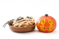 Mini- pizza för allhelgonaaftonmammor och isolerad halloween pumpa Royaltyfri Fotografi