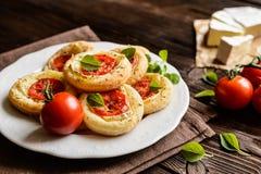 Mini- pizza med camembert och tomaten Arkivfoto