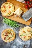 Mini- pizza med sparris Traditionell liten pizza för personlig ätapåfyllning med ost, tomater och sparris Arkivbild