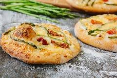 Mini- pizza med sparris Traditionell liten pizza för personlig ätapåfyllning med ost, tomater och sparris Fotografering för Bildbyråer