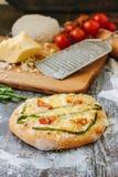Mini- pizza med sparris Traditionell liten pizza för personlig ätapåfyllning med ost, tomater och sparris Royaltyfri Bild