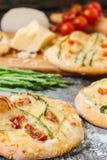 Mini- pizza med sparris Traditionell liten pizza för personlig ätapåfyllning med ost, tomater och sparris Royaltyfri Foto